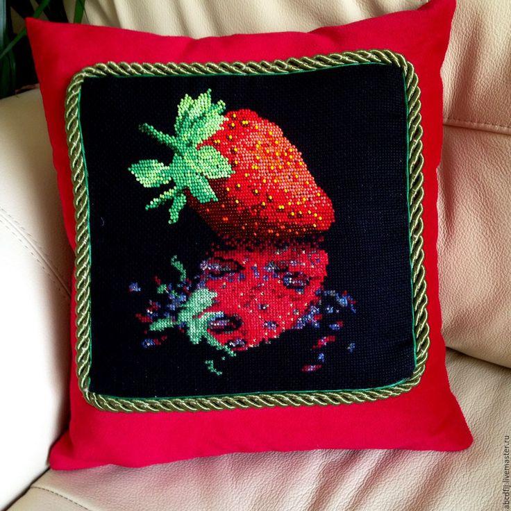 Купить Вышивка крестиком Подушка вышитая Отражение Клубника - подушка на диван, подушка вышитая, подушка