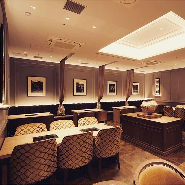 . 神戸プレジール銀座 . 銀座プレイス最上階に昨年オープン。 . 神戸ビーフのレストラン。 . エントランスから個室、ホール、サロンと細部までこだわだった店内です。 小坂竜さんデザインです。 . インテリアも素敵ですよ♡ . ホールは神戸ビーフのせいろ蒸しとしゃぶしゃぶのコースをお召しがりいただくお席です。 . 鉄板焼きももちろんおいしいのですが、このせいろ蒸しやしゃぶしゃぶもオススメです。 . 野菜、出汁、すべての素材にこだわっているのでそのままで美味しく、本来の旨味をお楽しみいただけますよ。 . ランチは銀座にしては比較的リーズナブルでお得感あります♡ . 5月いっぱいならせいろ、しゃぶしゃぶのランチコースのみ神戸ビーフのダブルコンソメスープが付いてます♡ . #神戸プレジール銀座 #神戸ビーフ #kobebeef #せいろ蒸し #しゃぶしゃぶ #銀座ランチ #銀座 #銀座プレイス #ginza #ginzaplace #肉 #鉄板焼き #鉄板焼きランチ #鉄板焼きディナー #夜景の見えるレストラン #小坂竜 #銀座4丁目