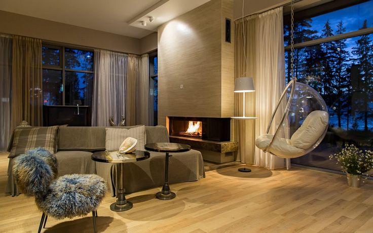 <p>Автор проекта: Любовь Пискунова</p> <p>Гостиную загородного дома с панорамными окнами согревает и украшает стильный камин модернистских форм.</p>