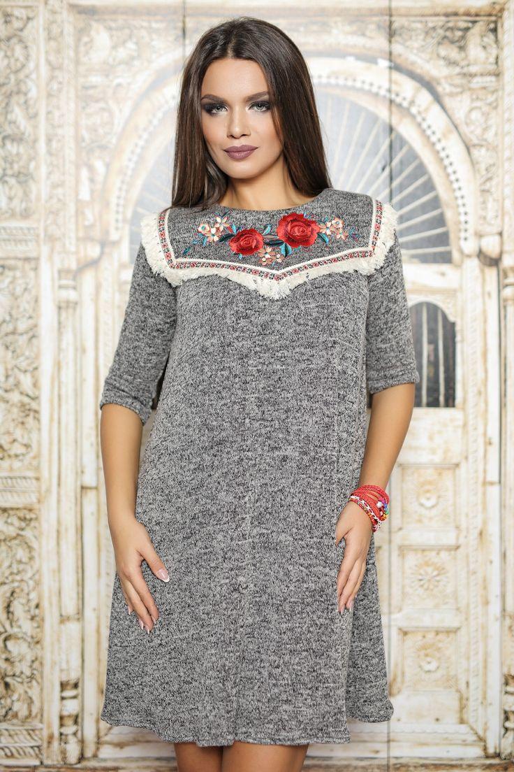 Rochie scurta din pulover gri,maneca 3 4, accesorizata cu franjuri si flori  pe piept,prevazuta cu fermoar la spate