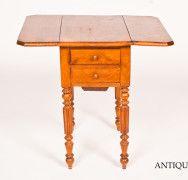 Piccolo tavolo da lavoro a bandelle in noce con 2 cassetti e uno sportellino. Di origine francese della fine dell'800. Il tavolino è da restaurare e lucidare.