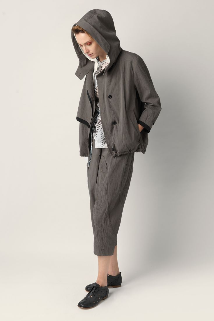 Long sleeve jacket Malloni with hood. Closure with concealed buttons. Welt pockets and drawstring at the bottom. Stretch cotton waistcoat inside. Strong appeal to the military