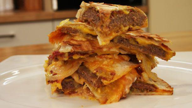 Lavaşta Cheeseburger   Malzemeler      200 gr.kıyma     1 küçük rendelenmiş soğan     1 tutam tuz     1 tutam karabiber     1 yemek kaşığı galeta unu     6 dilim pastırma     8 dilim burger peyniri     3-4 halka beyaz soğan     Ketçap-mayonez     2 adet tortilla     1 yemek kaşığı zeytinyağ