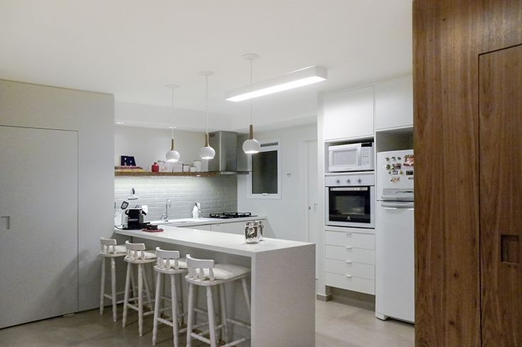Cozinha feita em parceria com a arquiteta Alessandra Mattar. Revestimentos claros compostos com madeira natural e tijolinhos cerâmicos estilo metro. Cozinha integrada com a sala.