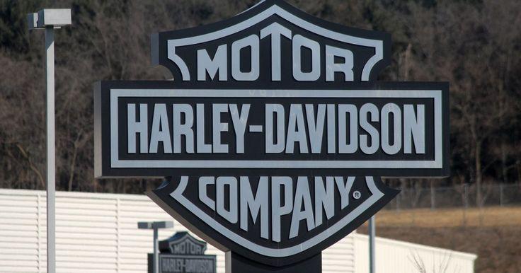 Informações da Harley-Davidson Heritage Softail. A Harley-Davidson Heritage Softail Classic é uma motocicleta estilo retrô muito cromada e ornamentada, porém com poucas das amenidades encontradas em motos de passeio projetadas para viagens de longa distância. A moto agrada os puristas da Harley-Davidson, que preferem a pesada força gerada pelo motor de câmara gêmea da Heritage Softail a uma ...