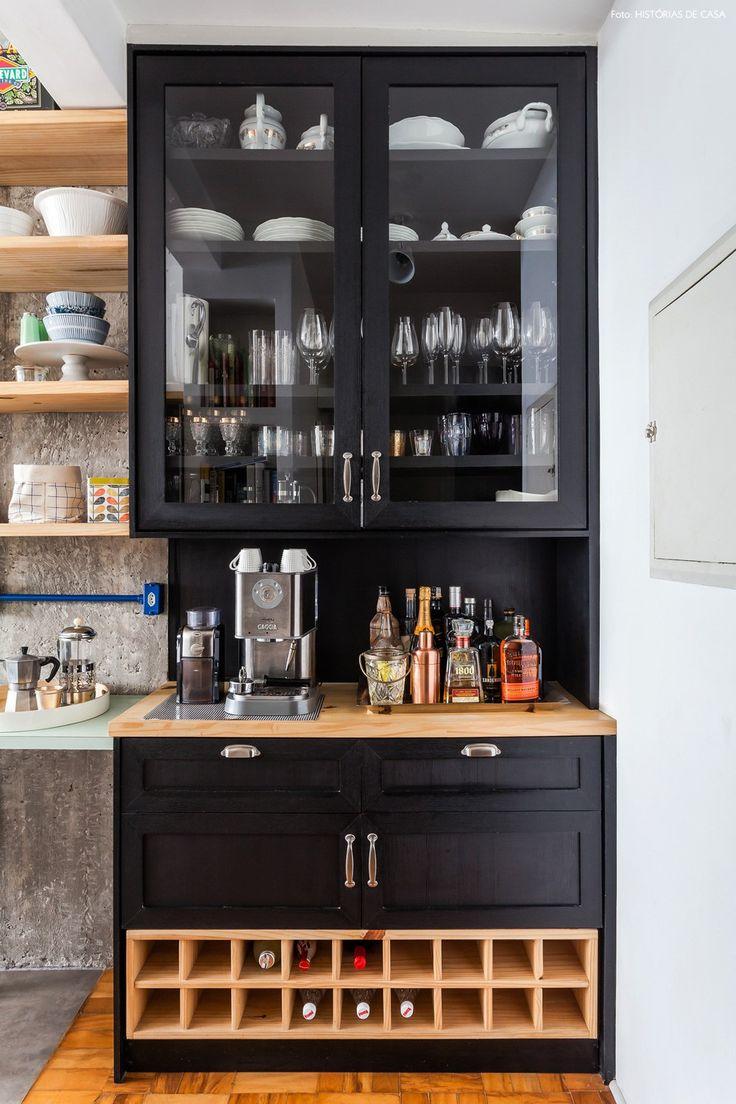 Cristaleira, adega e espaço do café com uma carinha mais moderna nessa cozinha com ares industriais.