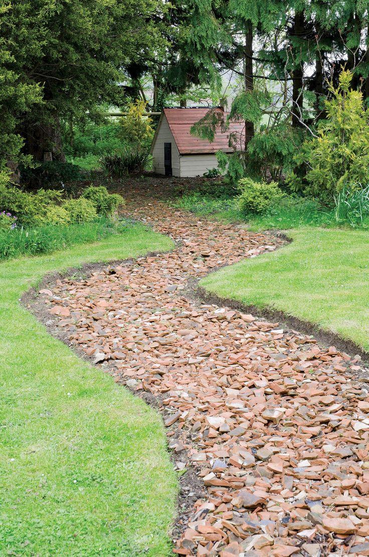 Najpiękniejsze ogrody – ścieżka w ogrodzie; fot. oanna Kossak/Botany Press, Highgrove – A. Butler/Gap Photos, Kuba Pajewski, Radek Wojnar; #ogrody #ścieżki #ścieżka #alejki #ogrody #ogród #tajemniczy #piękne #aranżacje #pomysły #zieleń #wiosna #lato #maj #urządzanie #projektowanie #zdjęcia #garden #ideas #photos #best #way #mistery #green #trees #grass #water #home #Poland #design #nature #flowers