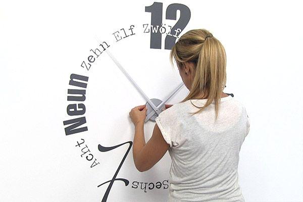Höchste Zeit für eine Wandtattoo Uhr! Hier gibt es Tipps und Anleitungen rund um Wandtattoo Uhren und ihre Anbringung. So funktioniert die Uhr zum Aufkleben.