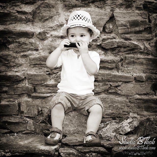 Photo d'enfant noir et blanc en extérieur entre Lyon et Saint-étienne par Pierre Marion, photographe.