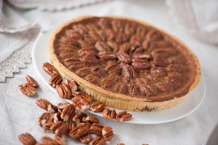 #pecan #pie #torta di #noci. Un #dolce con i colori d'autunno: la #pecan #pie. Una crosta croccante che sostiene le famose noci #pecan amalgamate con un composto di zucchero gulamerah dei fiori di cocco, che gli dona il suo caratteristico sapore. Vieni a provarla da #dolceroma