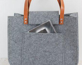 Grau Filz Tasche mit Häkeln Applikationen, zum Einkaufen, echten Leder Griffe, graue Tasche, tote Filz mit Häkeln Anwendung.  Diese Tasche ist ein einfaches Design, aber gleichzeitig sehr stilvoll. Die Größe ist ideal für den Transport, Zeitschriften, Bücher, Notizbuch oder Dateien. Frisch, elegant, lässig und vieles mehr.  Hergestellt aus grauem Filz. Filz ist imprägnierte 4mm (0,16). Häkeln Sie mit grau Anwendung. Große Innentasche. Gurte sind 2 cm (0,79) breit, 72cm (28,35) lange…