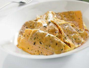 Ricetta vegetariana - Ravioli in salsa di limone. In Pasta ripiena. Ingredienti: 500 g ravioli alla ricotta e spinaci (o ai carciofi o agli asparagi) già pronti. 200 ml panna da cucina. 1 tuorlo. 1 li