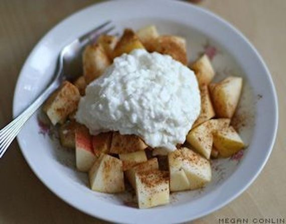 19 Vegetarian Ways To Eat More Protein For Breakfast Cinnamon Cottage Cheese With Sliced Apple
