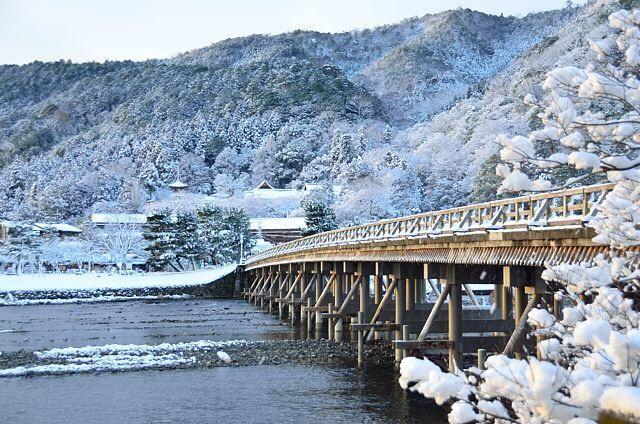 おはようございます。1/4の京都市内は薄っすらと雲に覆われた朝となっています。写真は昨日の嵐山・渡月橋の様子です。紅葉のイメージが強い嵐山ですが、雪景色の嵐山は格別です。 #京都 #kyoto #嵐山