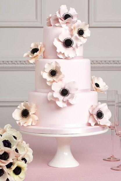 Tasting: Drei Monate vor dem Fest die Torte zu ordern genügt. Nur wer in der Hauptsaison im Juni/Juli heiratet, sollte sich darum bis Ostern kümmern. Das Tasting kann dabei ein süßer Termin im Kalender der Brautleute sein