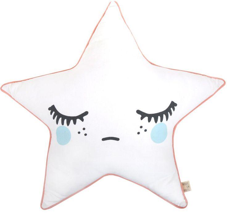 <p>Een sneeuwitte ster die heerlijk op je bed ligt te slapen...stttt niet wakker maken. Lief en decoratief kussen voor een baby- en kinderkamer.<br />Gemaakt van een stevige katoenen twill met een contrasterende piping, de kleur pink refereert naar de wangetjes.<br />Het kussen mag gewassen worden.</p>