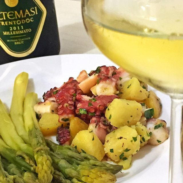 WEBSTA @ sicilianicreativi - Oggi a pranzo insalata di polpo con patate e mi concedo anche un calice di Trento Doc Millesimato Altemasi, prodotto da Cavit. ❤🐟🔝🍾-----------------------------Today for luch octopus and potatoes salad with a glass of sparkling wine: a Trento Doc Altemasi from Cavit winery ❤ 🐟🔝 🍾#cucinaitaliana #cucinamediterranea #octopus #italianfood #foodstagram  #realfood #eatrealfood #ciboitaliano  #fishfood  #piattiitaliani  #italianrecipe #sicilianicreativi…