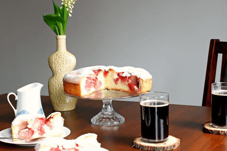 Biszkoptowe ciasto z truskawkami. Przepis na łatwe ciasto z sezonowymi owocami. | Poezja Smaków