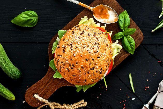 Идеальный бургер   Ингредиенты:  Мясо — 1 кг (говядина + свинина в любой пропорции) Вустерширский соус — 2 ч. л. Горчица — 2 ч. л. Сыр с плесенью — 100 г (горгонзола, рокфор, дорблю — на ваш выбор) Луковица — 1 шт. Соус «Табаско» — пара капель Зеленый лук  Приготовление:  Сначала делаем фарш: с помощью мясорубки это пара минут, ножи острые, перемалывается все быстро, моется легко. Затем фарш тщательно перемешиваем с сыром, мелко порубленным луком, соусом и горчицей и кладем в холодильник на…