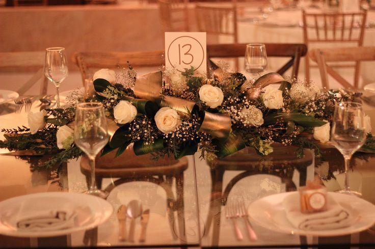 Un centro de mesa único, con tonos dorados que junto a los otros 3 modelos llenaron de variedad y belleza todos los centros de mesa. #Boda #Wedding