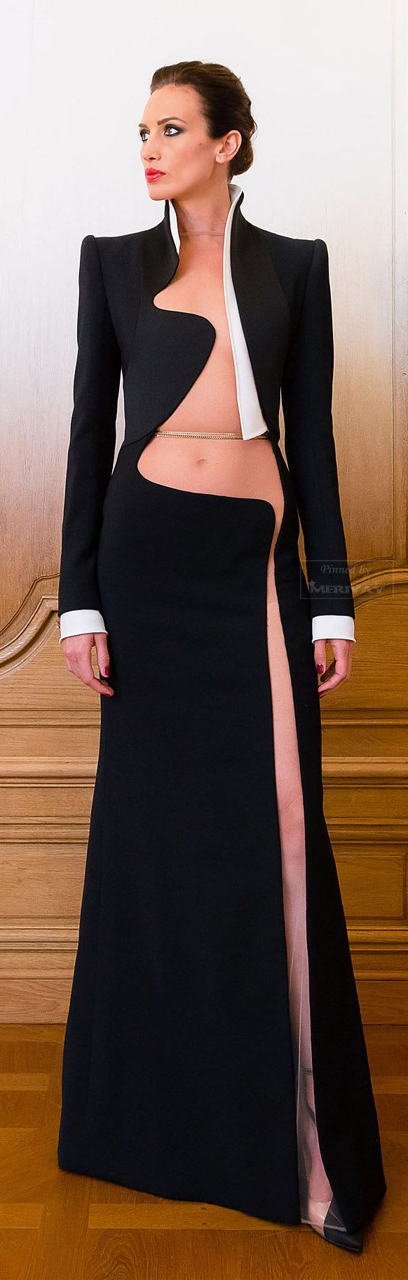 Stéphane Rolland Fall-winter 2014-2015. The lower cut-out looks a little odd where it doesn't quite meet the hip, but it's a fun idea. Especially since November doesn't have a navel scar to interrupt the lines.