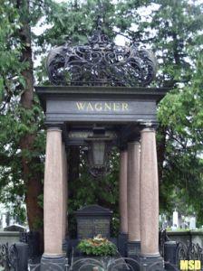 Tumba: Otto Wagner El 11 de Mayo de 1918 a los 76 años de edad, este reconocido arquitecto muere en su apartamento en Neubo, Döblengasse, la construcción que él había construido en 1912. Sus restos se encuentran en el cementerio de Hietzing, su tumba fue diseñada por él.