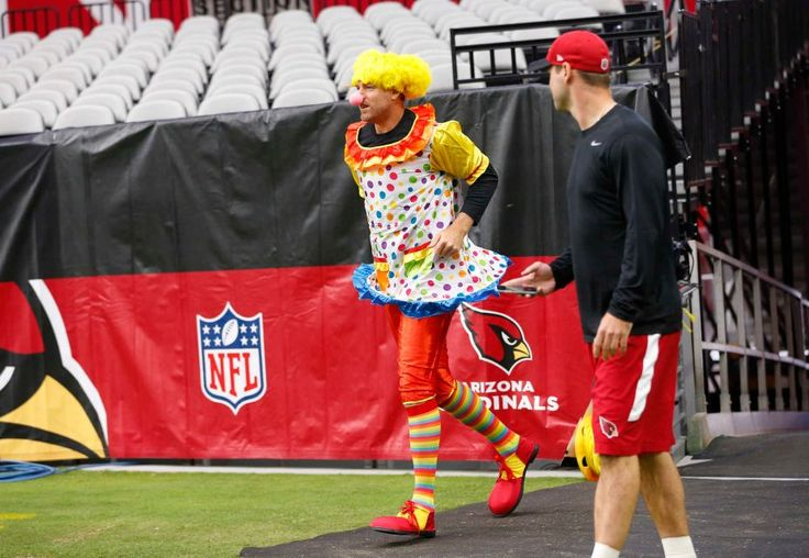 Rams vs. Cardinals Updated October 2, 2016:  17-13, Rams  -    Arizona Cardinals quarterback Carson Palmer runs onto the field at University of Phoenix Stadium dressed as a clown before playing against the Los Angeles Rams October 2, 2016. He lost a bet in a weekly quarterbacks competition.
