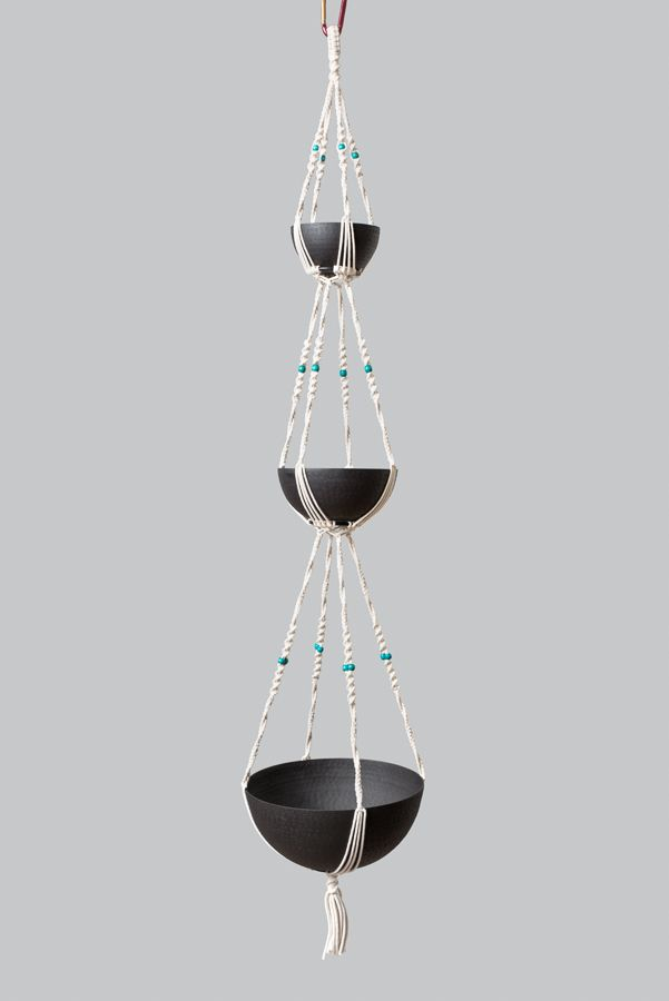 Suspension en macramé modèle Zéphyr ByMadjo. Coton blanc cassé, perles bois turquoise, saladiers en métal martelé noir Suspension macramé Suspension plante Suspension pour plantes