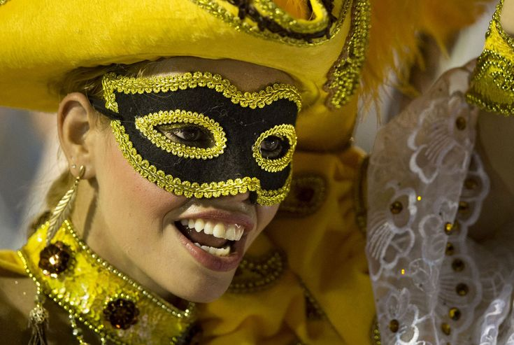 Бразильский карнавал в Рио-де-Жанейро, выступление школ Самбы на Самбодроме