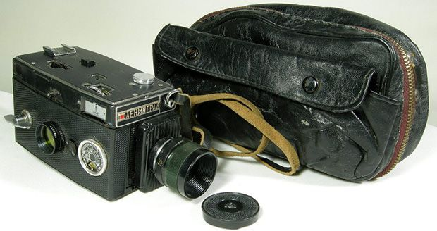 Soviet photo equipment collector Vladislav Kern recently purchased this crazy camera contraption. Upon first glance, it might look like a 8mm motion picture camera that an ordinary tourist might use, ...