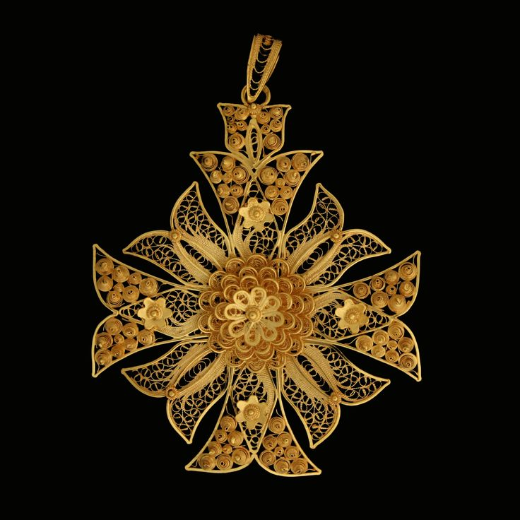 "'Cruz de Malta ou Estrela' Malta's Cross or Star Filigree cross, ornamented with curious enamel works. CRUZ DE MALTA OU ""ESTRELA"" Cruz filigranada, guarnecida com curiosos esmaltes."