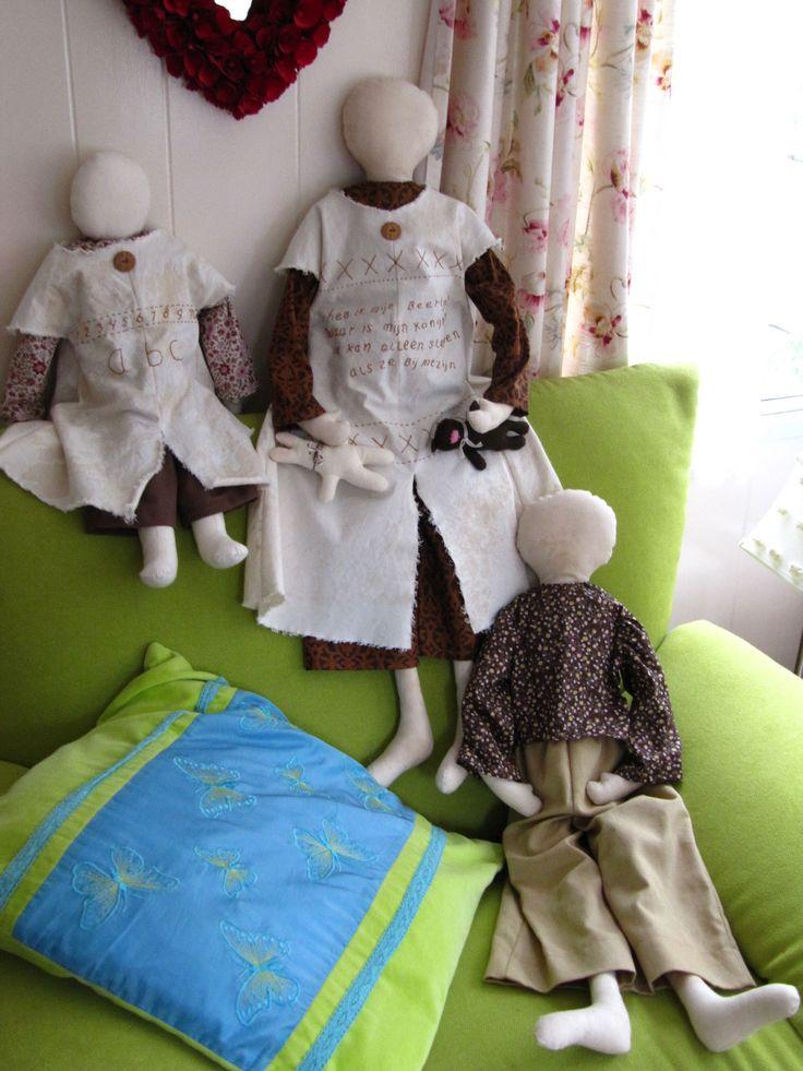 3 Lappen poppen door mij Nel Maertens gemaakt op de grootste pop haar jurkje ,staat een versje dat nog van de kleuterschool is er staat op ge borduurt  Waar is mijn beertje  Waar is mijn konijn, Ik kan alleen slapen , Als ze bij me zijn