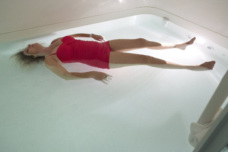 A reporter tests out flotation therapy and meditation to become more mindful in the new year.