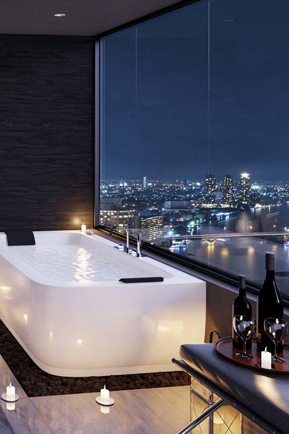 Romantyczna łazienka na wysokości z dużym oknem na świat.