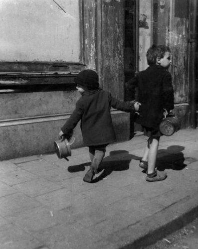 Hongerwinter Tweede Wereldoorlog in Amsterdam, 1944. Locatie Amsterdam Fotograaf Emmy Andriesse