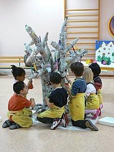 Arbre en bouteilles et papier mâché réalisé avec des enfants de l'école maternelle Viala à Lyon.