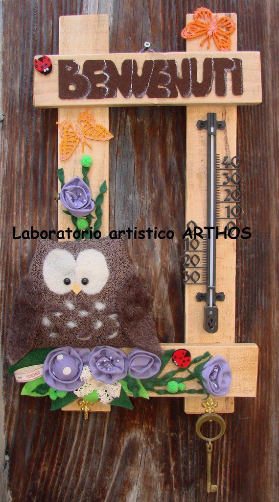 GUFO BENVENUTI CON TERMOMETRO E GANCI PORTACHIAVI DECORO CASA CUCINA LEGNO FELTRO CON FIORI FARFALLA COCCINELLA, by Laboratorio Artistico Arthos, 35,00 € su misshobby.com