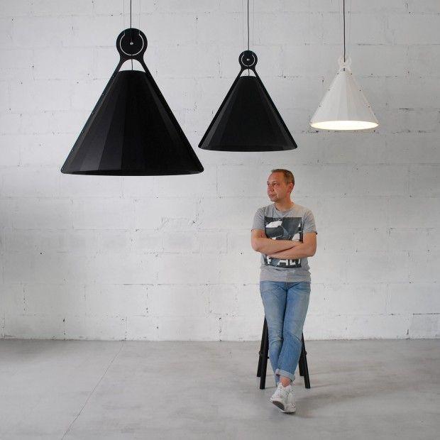 15.77 est une collection de plafonniers créée par Aleksej Iskos pour le bureau de design ODESD2. Le luminaire, avec ses lignes pures, rappelle une pyramide