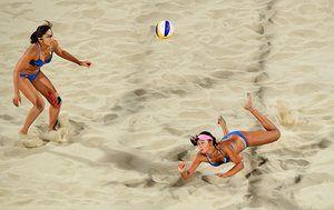 Вентилятор Ван из Китая ныряет за мяч во время женский пляжный волейбол предварительный матч круглый бассейн с против Швейцарии.