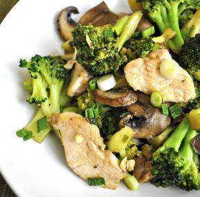 Delicioso pollo salteado con champiñones y brócoli. Una receta baja en calorías, perfecta para cuidar la linea.