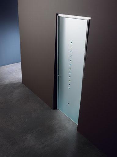 Porta a battente, linea Vitra, vetro satinato, decoro in fusione Murrina 9 firmato da Bruno Munari, pomello in alluminio, stipite Isy in finitura alluminio   www.gallisrl.eu