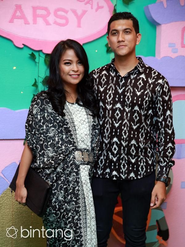 Jelang kelahiran anak pertamanya, vokalis band Kotak, Tantri dan sang suami, Arda 'Naff' telah mempersiapkan kehadiran buah hati. Salah satu yang sudah dipersiapkan kedua pasangan yang menikah pada 26 Oktober 2014 lalu ini adalah nama yang sengaja sudah disiapkan. Tak tanggung-tanggung, 10 nama nama untuk kehadiran sang bayi. 5 nama untuk anak laki-kali dan 5 nama untuk anak perempuan.  #TantriKotak #ArdaNaff #PasanganSelebritis #Bintang #Indonesia