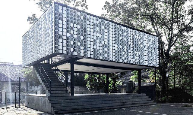 SOY BIBLIOTECARIO: Construyen una biblioteca con 2.000 envases de helados reciclados