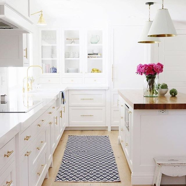 @studio_mcgee's kitchen is hitting all the right notes for us: bright, plenty of counter space, and a classic Dash and Albert rug. What catches your eye in this space?  (Photo via @studio_mcgee)