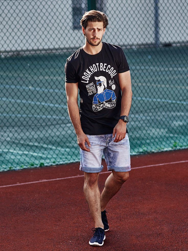 Comfy and loose everyday styling from Bolf for summer day. The T-shirt with an interesting print was set with denim shorts and sneakers on white outsoles. There's also a trendy watch in the outfit. To get an even better effect - roll up the trouser legs.
