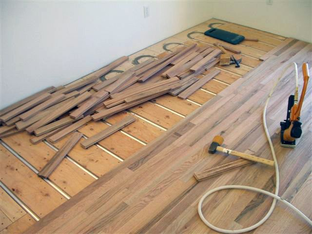 Yes, you can have hardwood floors over hydronic radiant heating. Free samples of ThermoFin at www.radiantengineering.com/contact/.