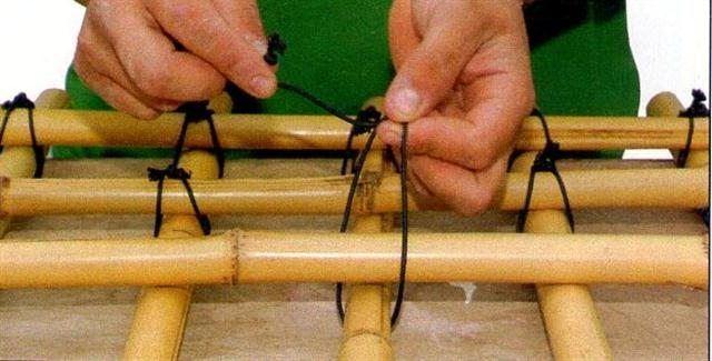 Crie uma linda treliça de bambu e enfeite seu jardim com um majestoso item de decoração para conduzir trepadeiras! Se você gosta de plantinhas e se amarra em criar as chamadas trepadeiras, irá gostar muito deste artesanato. Você só precisa comprar alguns materiais como bambus e corda de náilon para criar esta treliça. Fazendo as …