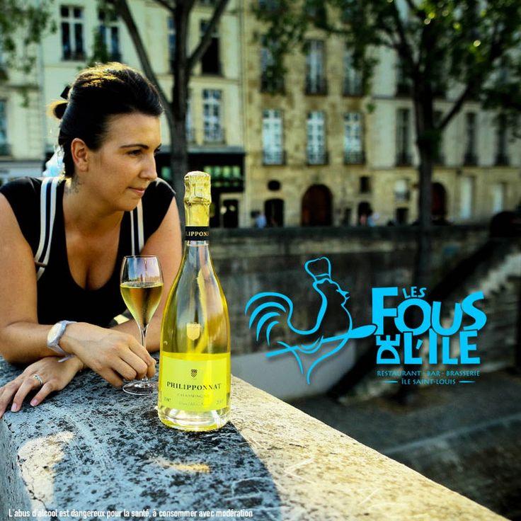 Comme Caroline sur le Pont Marie, faites une pause avec une coupe de champagne Grand Blanc Philipponat ! Champagne servi à la coupe jusqu'à fin septembre, chez Les Fous de l'ile …