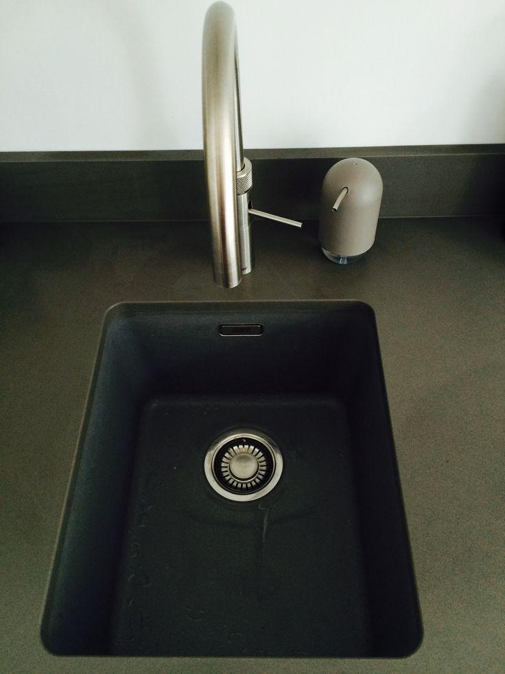 De keuken is voorzien van alle gemakken zoals; Een Quooker Fusion (3 in 1), een 5 pits inductieplaat met flexzone, een geïntergreerde afzuigunit in een bovenkast waarin ruimte voor kruiden is, een ruime koelkast en een praktische grote oven met Hide en Slide deur. En een brede ladenkast met binnenlade van 90 cm breed, handig en overzichtelijk voor o.a. bestek en pannen.  Het matte werkblad is van het merk Silestone, een composiet in de kleur Cemento Spa suede.