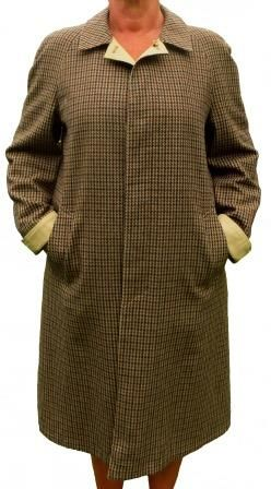 An Italian design and fully reversible all weather coat from  Cristofoli Valstar. Tan on one side and a tan woollen tweed on the other. A two in one coat with two pockets each side, a back flap, reversible cuff ties, a high neck button, an elegant and warm coat in a straight cut in excellent condition with stunning finishes. Warm, comfortable and elegant.
